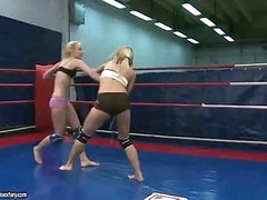 Hawt young blondes fighting
